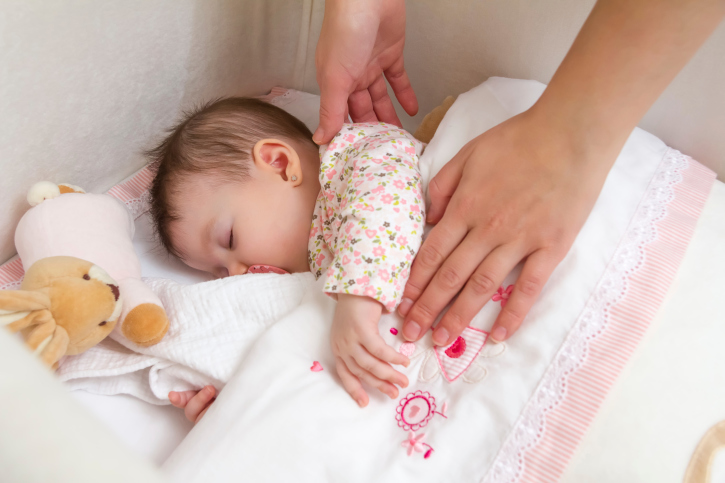 Babies are still sleeping with blankets despite years of research linking the extra bedding to dangers. (Photo: Thinkstock)