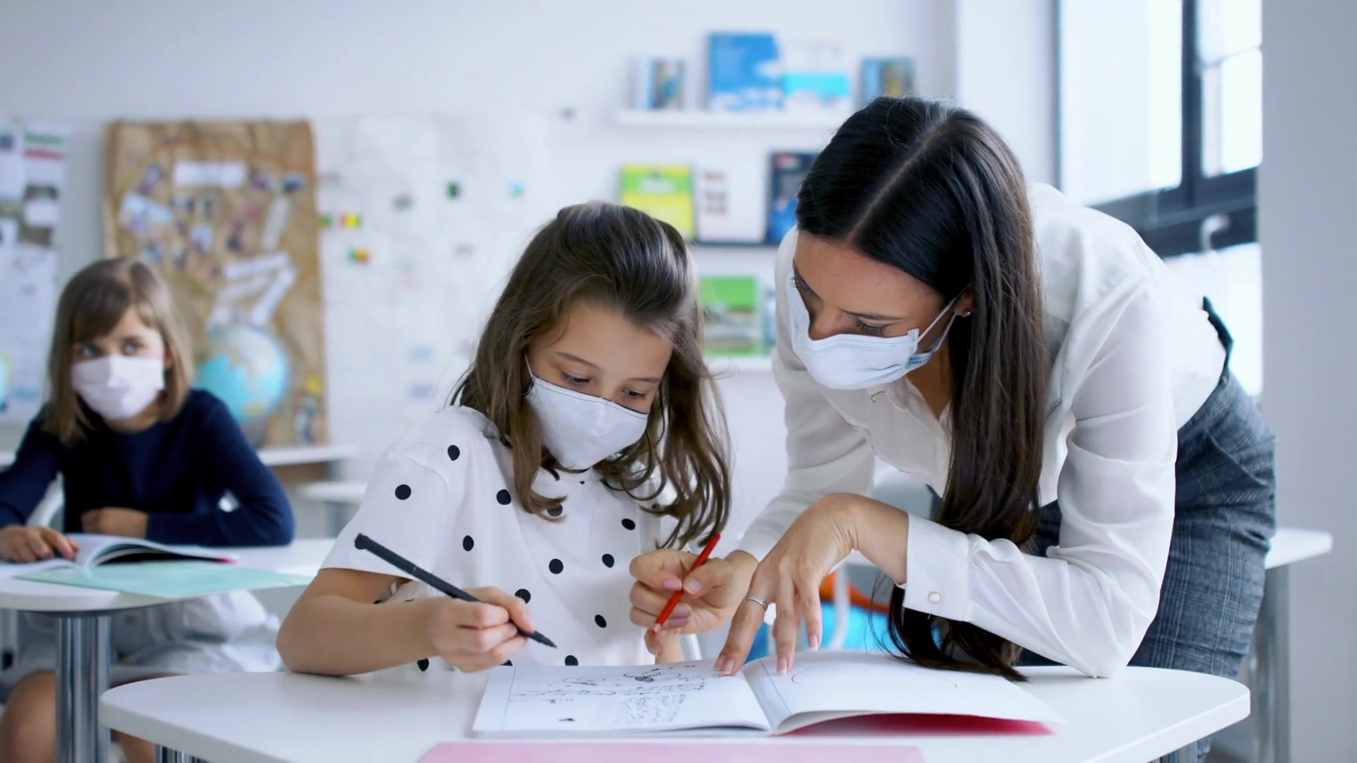 As COVID-19 cases surge, CDC recommends universal indoor mask use