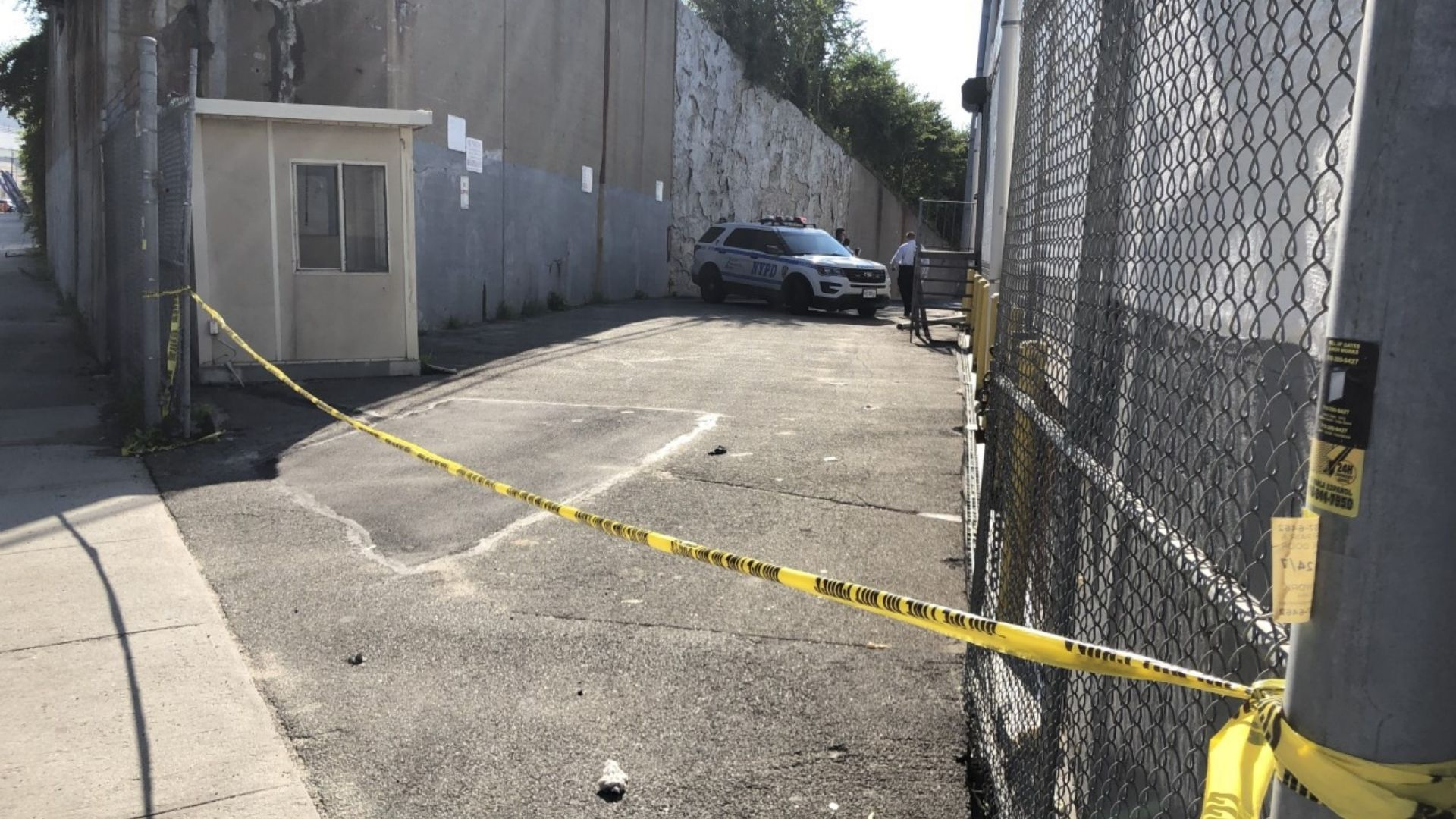 Man's body found wrapped in tarp behind Queens business