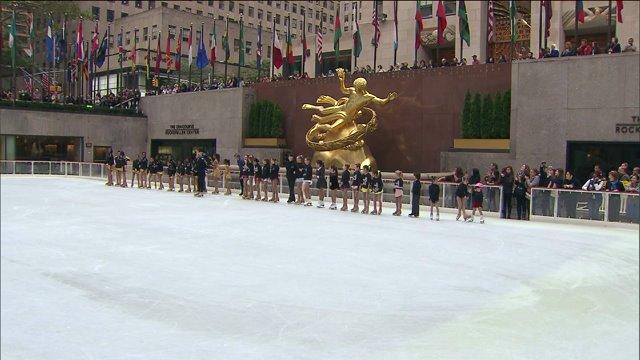 Ice skating rink opens at RockefellerCenter